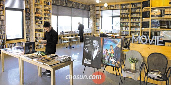 지난달 25일 전주 영화 도서관에서 이용객들이 영화 관련 서적을 들여다보고 있다. 국내 최초 영화 특화 시립 도서관인 이곳은 전문 서적과 영상 자료 등 자료 2만여 점을 갖추고 있으며, 연중무휴 운영한다.