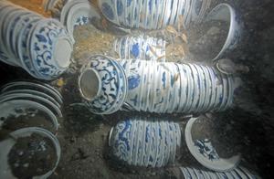 '난아오 1호'에 실려있던 청화자기들이 바닷속에서 발견되는 모습.