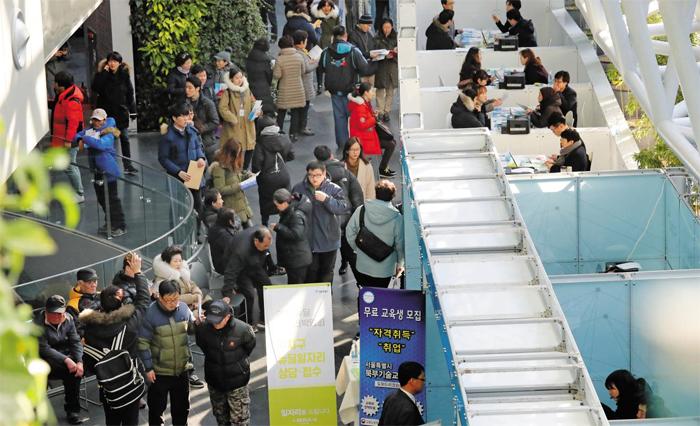 지난 6일 서울시청 신청사에서 개막한 '2017 뉴딜 일자리 박람회'. 구직자에게 일자리 정보와 전문 기술, 직무 교육 같은 다양한 서비스를 제공한다. 10일까지 열린다.