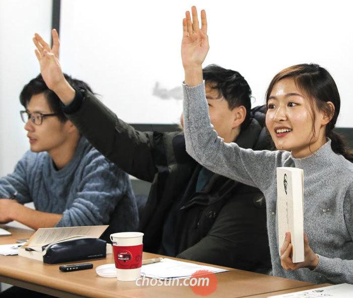 지난 10일 경기 파주시 출판단지에서 열린'백범일지'독서토론회에 참석한 서울대·베이징대·도쿄대 학생들이 발언 기회를 얻기 위해 손을 들고 있다.