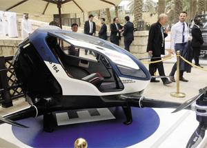 두바이가 13일 '드론 택시'를 공개했다. 두바이 도로교통청은 이르면 오는 7월부터 하늘을 나는 드론 택시 서비스를 도입할 계획이라고 밝혔다.