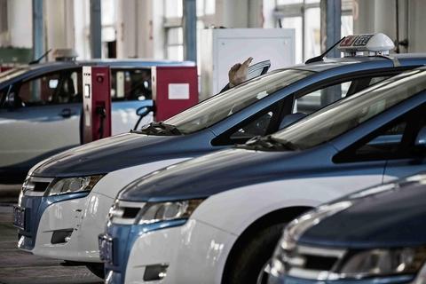중국의 전기자동차 충전소에서 대기하는 전기차 /블룸버그