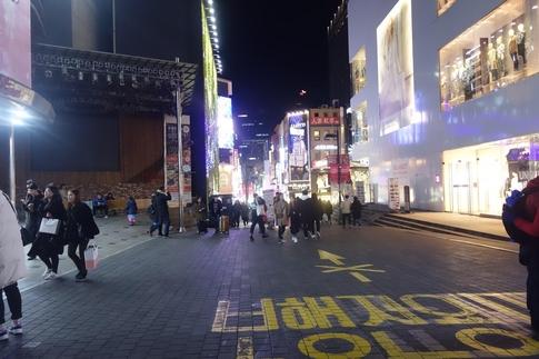 지난 12일 주말 저녁 시간에도 크게 붐비지 않는 명동역 앞. /최문혁 기자