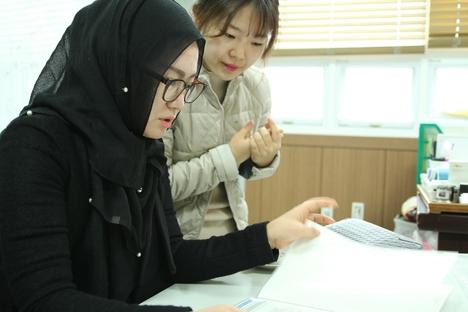 김원숙 할랄 심사위원이 할랄 인증을 위해 서류를 살펴보고 있다. /한국할랄인증원 제공.