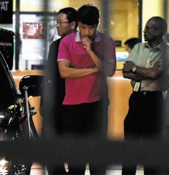 김정남 부검 반대한 北대사관 - 15일(현지 시각) 밤 김정남 시신이 안치된 말레이시아 쿠알라룸푸르 병원(HKL)을 찾은 북한 대사관 관계자(가운데)가 부검을 참관한 뒤 병원을 떠나고 있다.