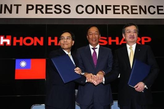 지난해 4월 다이정우 샤프 사장(왼쪽부터)과 궈타이밍 폭스콘 회장, 다카하시 고조 전 샤프 사장이 악수하고 있다. / 블룸버그 제공