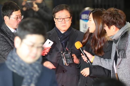 박상진 삼성전자 사장이 굳은 표정으로 경기도 의왕 서울구치소를 나서고 있다. /연합뉴스 제공
