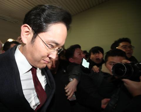 이재용 삼성전자 부회장이 2월 13일 오전 서울 강남구 특검 사무실에서 조사를 받은 뒤 사무실을 나서고 있다. / 연합뉴스 제공
