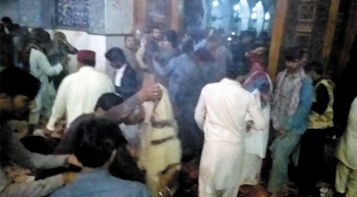 16일(현지 시각) 파키스탄 중남부 신드주(州) 세흐완에 있는 랄 샤바즈 칼란다르 사원에서 자폭 테러가 일어나자 신도들이 급히 피신하고 있다. 이 테러로 최소 72명이 숨지고 250여명이 다쳤다.