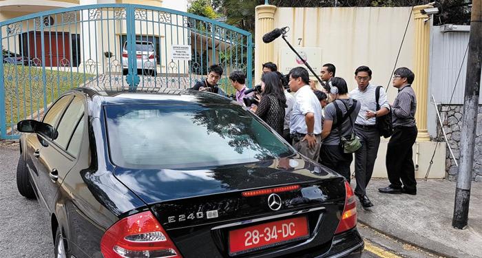 북한 대사관 앞 - 말레이시아 쿠알라룸푸르의 북한 대사관 앞에 17일 취재진 수십 명이 몰려 출입하는 차량을 바라보고 있다. 북한 대사관은 이날 외신기자의 스마트폰을 빼앗아 사진을 지우는 등 '김정남 피살'과 관련한 각국의 취재 경쟁에 극도로 예민한 반응을 보였다.