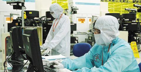 세계 메모리 반도체 시장은 올해 고성장을 이어갈 것이라는 낙관론이 우세한 가운데 하반기부터 수요가 줄어들 것이라는 부정적 전망도 나오고 있다. 사진은 SK하이닉스의 중국 우시 공장에서 직원들이 반도체 생산 라인을 점검하는 모습.