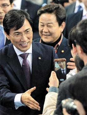 안희정 더불어민주당 후보가 19일 경남 김해운동장 실내체육관에서 열린 토크콘서트 행사에서 시민과 악수하고 있다.