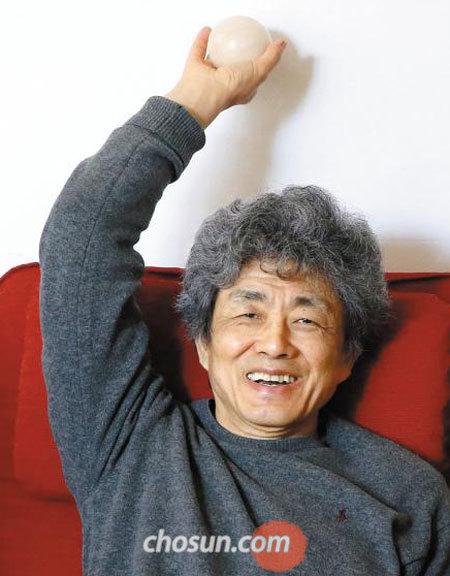 서울 평창동 작업실에서 만난 안규철이 설치 작품에 쓰일 나무 공을 들고 활짝 웃었다.