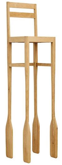 배 젓는 노로 다리를 삼은 안규철의 '노/의자'.