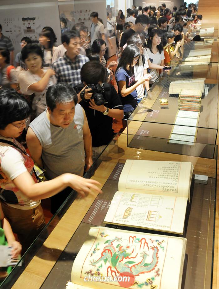 2011년 8월 국립중앙박물관에서 열린 '145년 만의 귀환, 외규장각 의궤' 특별전 전시장을 가득 메운 관람객들이 프랑스에서 돌아온 조선 왕실 의궤를 살펴보고 있다.