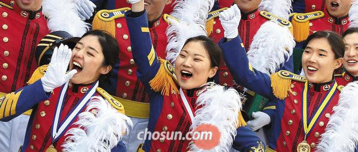 24일 서울 공릉동 육군사관학교에서 열린 제73기 졸업식에 참석한 이은애(1등·오른쪽), 김미소(2등·왼쪽), 이효진(3등·가운데) 생도가 환호하고 있다.