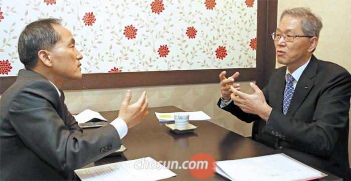 김도연 포스텍 총장과 최보식 선임기자 사진