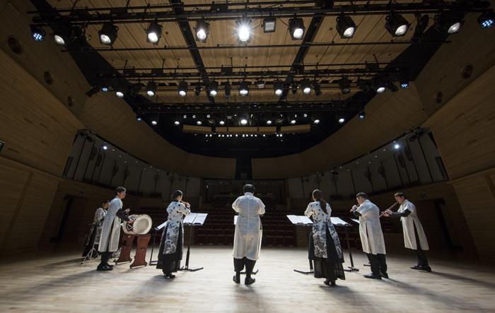 지난 18일 오후 국립국악원 우면당 재개관 기념 창작악단 공연에 앞서 연주자들이 피리 중주곡 '갈잎소리'를 리허설하고 있다.