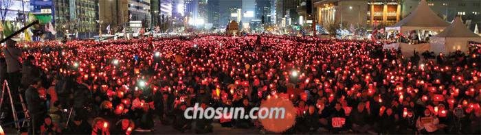 광화문광장에선 '촛불' - 25일 서울 광화문광장에서 박근혜 대통령 탄핵 찬성을 주장하는 시민들이 집회를 열고 있다. 참가자들은 촛불을 들고 '탄핵안 인용'과 '특검 수사 기간 연장'을 촉구했다.