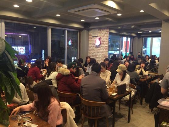 일본 도쿄 신주쿠의 굽네치킨 신오쿠보점에서 손님들이 식사를 하고 있다./굽네치킨 제공