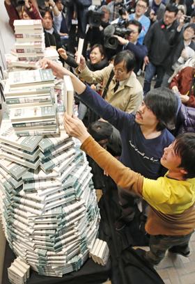 지난 24일 일본 도쿄의 한 서점. 이날 새벽부터 하루키 신간을 찾는 독자들로 북새통이었다.