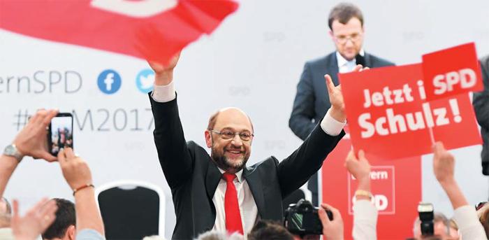 1일 독일 제1야당인 사회민주당(SPD)의 마르틴 슐츠(가운데) 대표가 독일 빌스호펜에서 열린 행사에서 지지자에게 손을 흔들고 있다. 슐츠는 오는 9월 독일 총선에서 4연임을 꿈꾸는 앙겔라 메르켈 총리의 아성을 넘보는 다크호스로 등장했다.