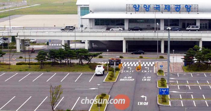 현재 양양공항의 국내 노선은 김해와 제주뿐이다. 지난해 양양공항을 이용한 여객은 8만7593명에 그쳤다. BBC가 양양공항을 '세상에서 제일 조용한 공항'이라고 보도했던 2009년 양양공항의 총이용객은 3000명까지 떨어지기도 했다.