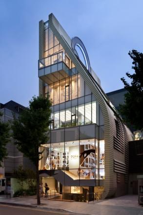 박은관 회장이 가로수길에 세운 전 세계 최초이자 유일한 핸드백 박물관 백스테이지. 건물 자체가 핸드백 조형으로 유명하다. 이곳에 가면 핸드백의 기원이 되는 제품부터부터 시가 1억 원짜리 에르메스 '버킨백'까지 다양한 백을 볼 수 있다.