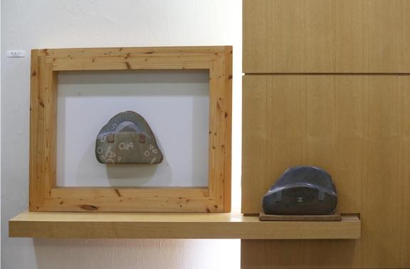 조각가 양문기의 작품. 양문기는 루이비통이나 샤넬 등 명품 핸드백을 돌로 만들어 내는 조각가로 유명하다. 왼쪽이 시몬느의 0914제품.