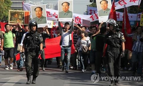 일본 정부가 센카쿠 열도를 국유화한 2012년 9월 베이징에 있는 주중 일본 대사관 앞 도로에서 중국인들이 반일 시위를 벌이고 있다./연합뉴스