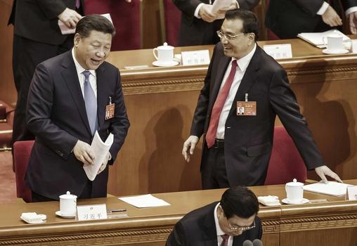 시진핑 중국 국가주석(왼쪽)과 리커창 총리가 5일 베이징 인민대회당에서 열린 전인대 개막식에서 얘기를 나누고 있다. /블룸버그