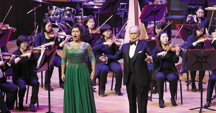 4일 예술의전당 콘서트홀에서 테너 호세 카레라스(오른쪽)가 조지아 출신 소프라노 살로메 지치아와 함께 클래식 메들리를 열창하고 있다.