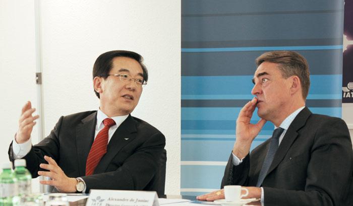 정일영(왼쪽) 인천공항공사 사장은 지난달 9일 스위스 제네바 IATA(국제항공운송협회) 본부에서