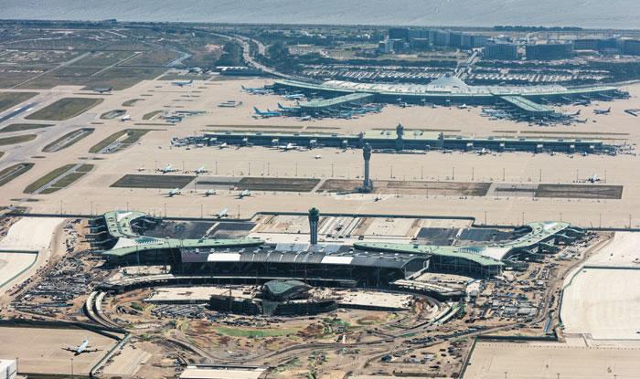 인천국제공항 전경. 아래쪽에 있는 큰 건물이 현재 건설 중인 제2터미널이다.