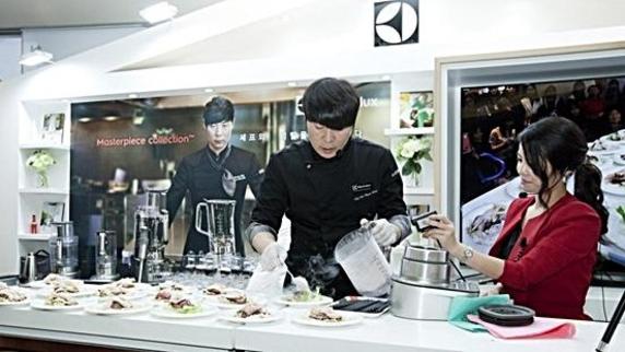 유명 요리사 최현석씨가 롯데 하이마트 월드타워점 '일렉트로룩스 프리미엄 체험존'에서 개최된 '일렉트로룩스 프리미엄 쿠킹쇼'에 참석해 요리를 시연하고 있다./일렉트로룩스 제공