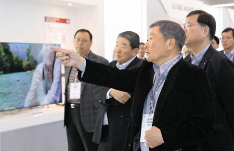 8일 서울 서초구 양재동 LG전자 서초 R&D 캠퍼스에서 열린'연구·개발 성과 보고회'에서 구본무(왼쪽에서 셋째) LG 회장이 손가락으로 제품을 가리키며 설명하고 있다.