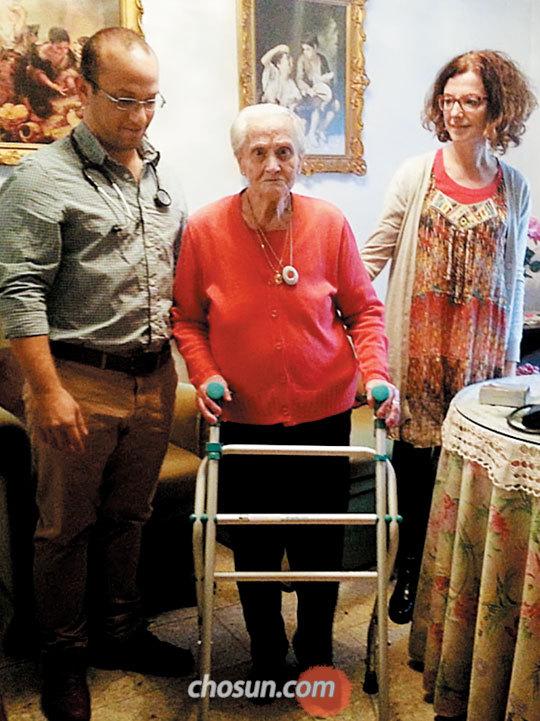 스페인의 노인 전문의가 담당 지역의 거동 불편 환자를 방문해 진료하는 모습.