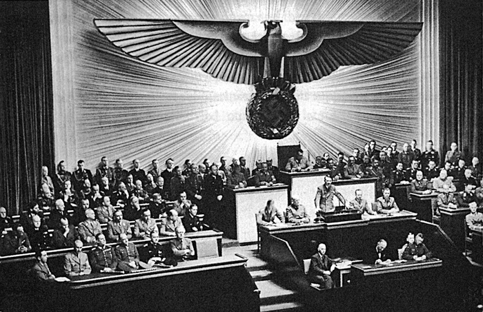 히틀러가 1941년 12월 11일 베를린 크롤 오페라 하우스에 모인 국회의원들 앞에서 미국에 선전포고를 하고 있다. 이 선전포고로 유럽과 북아프리카에 국한됐던 전쟁은 아시아와 태평양을 포함한 세계 전쟁으로 확대됐다.