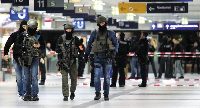 9일(현지 시각) 독일 서부 노르트라인베스트팔렌주(州) 뒤셀도르프 중앙역에서 무장 경찰들이 경비를 서고 있다. 이날 이곳에선 30대 무장 괴한이 승객들에게 무차별적으로 도끼를 휘둘러 7명이 다쳤다.