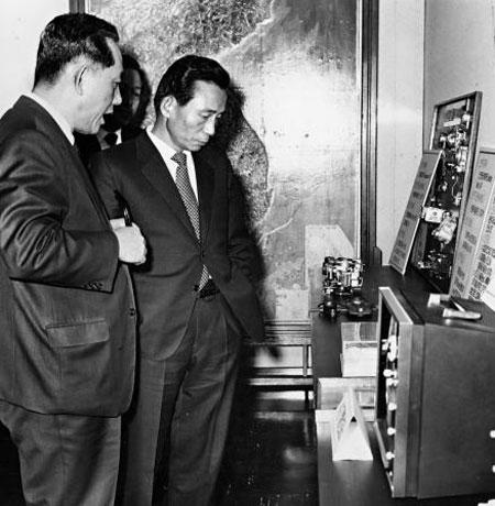 1972년 1월 14일 최형섭(왼쪽) 과학기술처 장관이 박정희 대통령에게 과학기술연구소가 개발한 전기 제품에 관해 설명하고 있다.