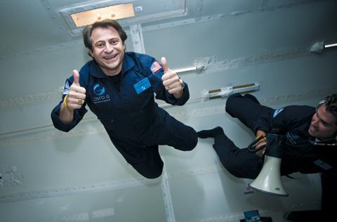자신이 세운 민간 우주 관광 회사 '제로그래비티'의 무중력 체험선에서 유영하는 피터 디아만디스(왼쪽).