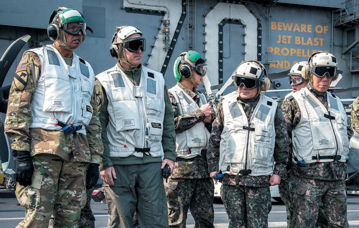 이순진(왼쪽에서 넷째) 합참의장과 빈센트 브룩스(맨 왼쪽) 한미연합사령관 등 한·미 군 수뇌부가 12일 독수리 훈련에 참가 중인 미국 항공모함 칼빈슨호를 방문, 작전 현황을 점검하고 있다.