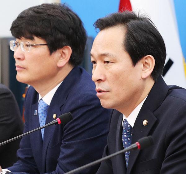 더불어민주당 우상호(오른쪽) 원내대표가 14일 국회에서 열린 당 회의에서 발언하고 있다.