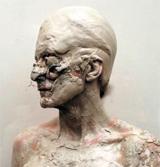 흙과 석고를 자신의 얼굴에 짓이겨 바른 뒤 온몸을 비틀며 절규하는 사가장의 영상 작품