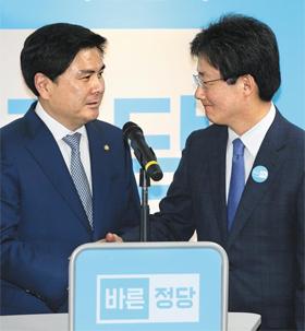 자유한국당을 탈당한 지상욱(왼쪽) 의원이 15일 서울 여의도 바른정당 당사에서 입당 회견을 하며 유승민 의원과 악수하고 있다.