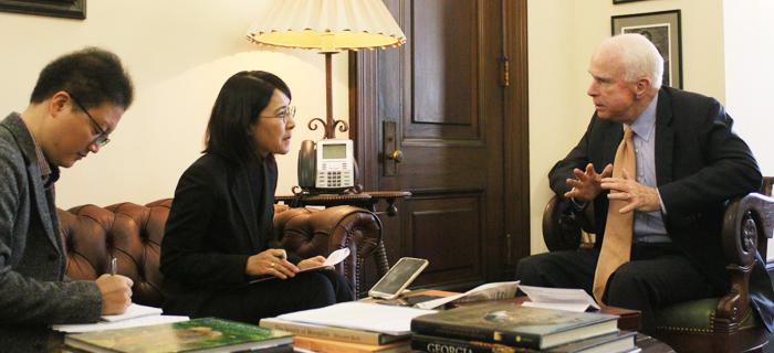 존 매케인(오른쪽) 미 상원의원이 지난 13일(현지 시각) 워싱턴의 상원의원 회관에서 본지 강인선(왼쪽 둘째)·조의준 워싱턴 특파원의 질문에 답하고 있다.