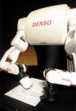 일본 국립정보학연구소가 개발한 인공지능(AI) 로봇 '도로보테군'이 작년 11월 기자들 앞에서 시험 문제 푸는 시범을 보이고 있다. 도로보테군은 AI로 시험문제를 푸는 도로보군에 답안을 종이에 직접 옮겨쓰는 필기기능까지 더한 모델이다.