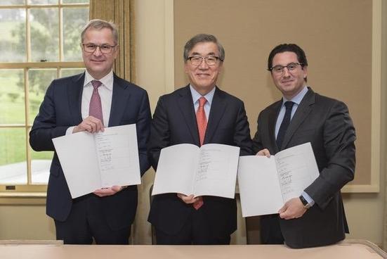 왼쪽부터 소렌 스코우 머스크라인 회장, 유창근 현대상선 사장, 디에고 아폰테 MSC 최고경영자(CEO)가 15일(현지시각) 미국 샌프란시스코에서 '2M+H 전략적 협력' 본계약 서명식을 가졌다. /현대상선 제공