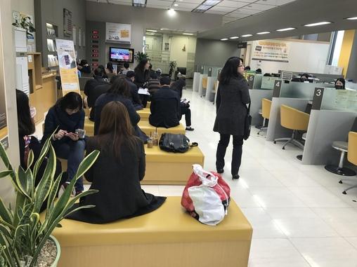 KB국민은행 한 영업점을 찾은 고객 약 25명이 은행 업무를 처리하기 위해 기다리고 있다. /이승주 기자