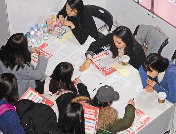 지난 7일 서울 이화여대에선 재학생 선배들이 신입생들에게 진로 상담을 하는'1학년 커리어 디자인 박람회'가 열렸다.